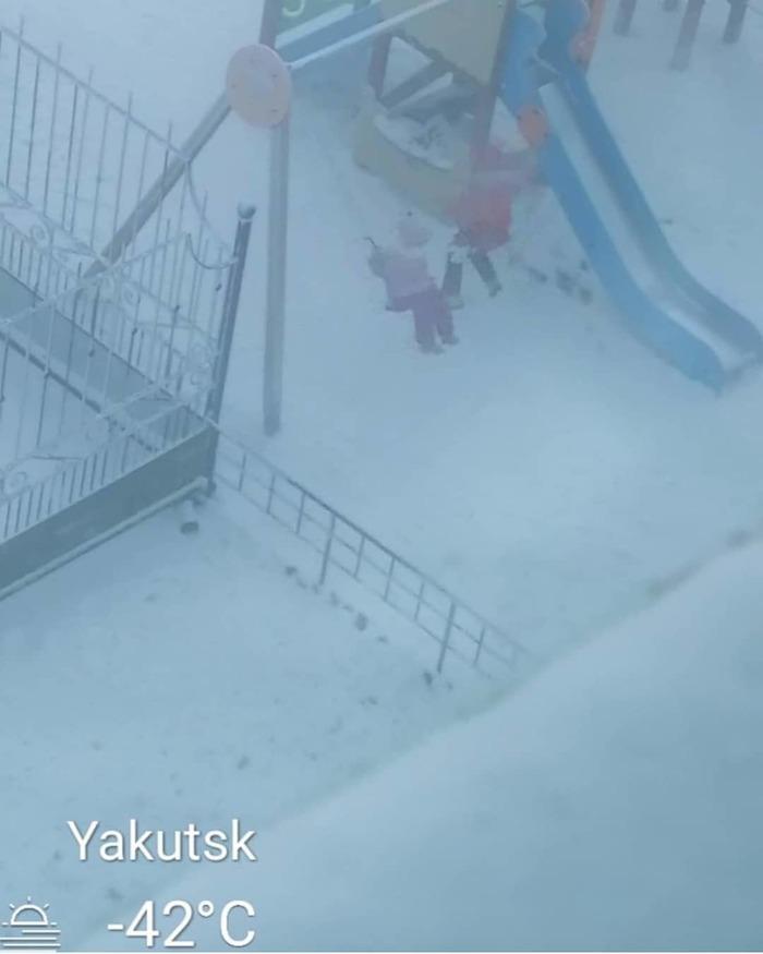 Даже мороз не помеха для якутских детишек, чтоб поиграть на свежем воздухе.