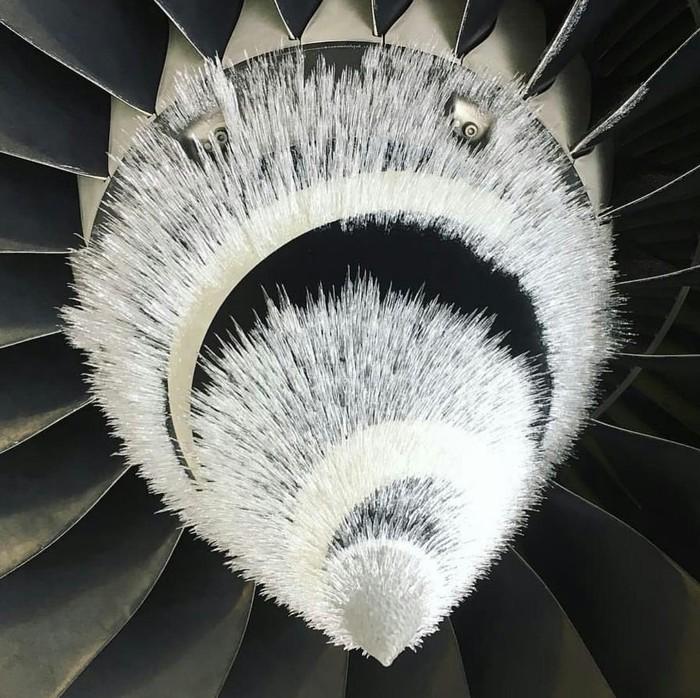 Иней на двигателе самолета