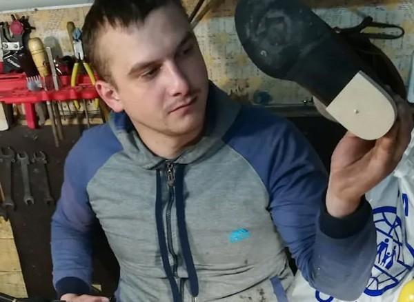 Оторвал ногу, чтобы выжить: фонд подарил сапожнику из Темиртау оборудование Казахстан, Темиртау, Сапожник