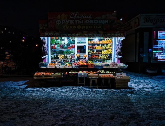 Лавка с фруктами среди ночи.