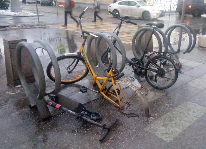 Пользуйтесь велосипедными парковками...