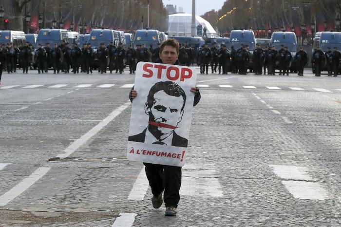 «Желтые жилеты» ответили мобилизацией «Пятого акта гражданской революции» на чрезвычайное положение во Франции. Новости, Франция, Желтые жилеты, Протест