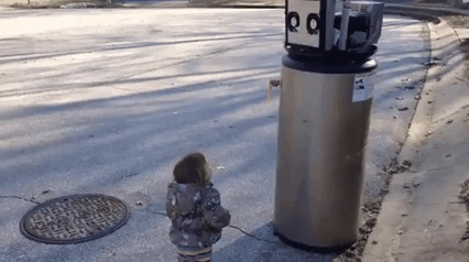 Девочка думает, что старый водонагреватель - это робот и пытается с ним подружиться