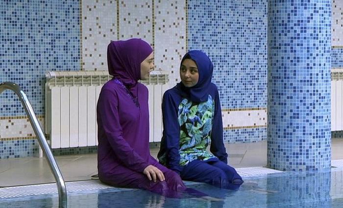 Мусульманки против: в Германии мужчине запретили посещать бассейн во время уроков плавания его дочери Германия, Бассейн, Мусульмане, Шариат, Фейк