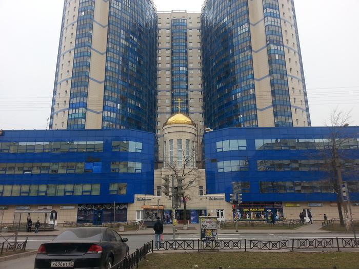Просто жилой дом в Петербурге, со встроенной церковью..