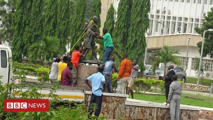 Университет Ганы снес памятник Махатме Ганди. Ученые и студенты обвинили его в расизме Ганди, Махатма ганди, Снос памятника