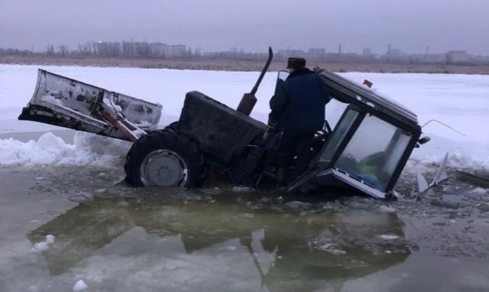 Трактор провалился под лед. Трактор, Авария, Гонки, Тюмень, Юмор, Длиннопост