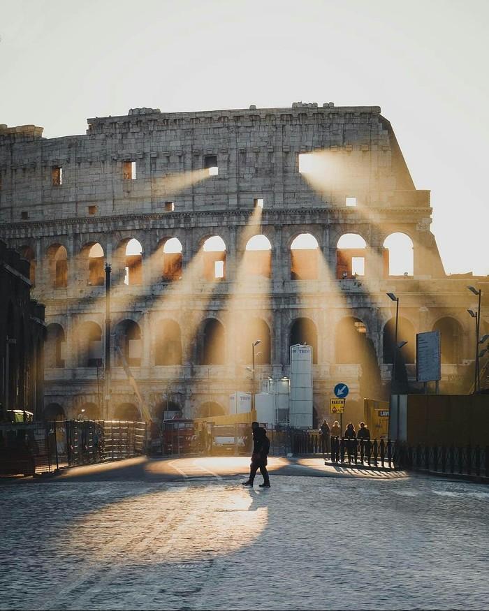 Лучи солнца через Колизей