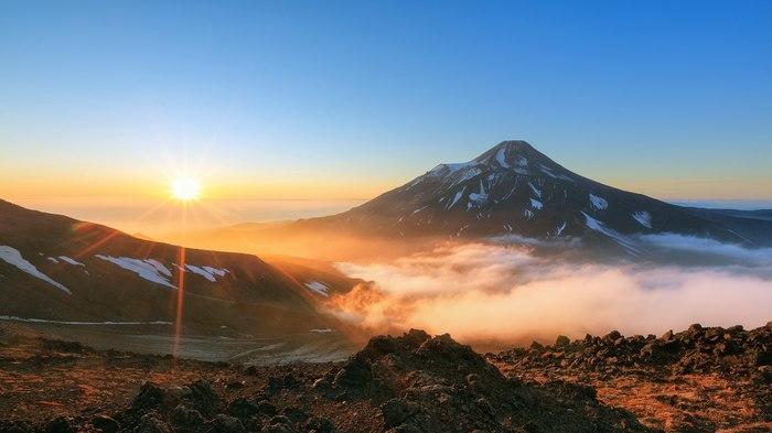 Восход над Авачинским вулканом (Камчатка)
