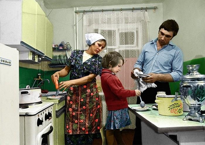 На кухне. Старое фото Колоризация, Молодая семья, Кухня, СССР