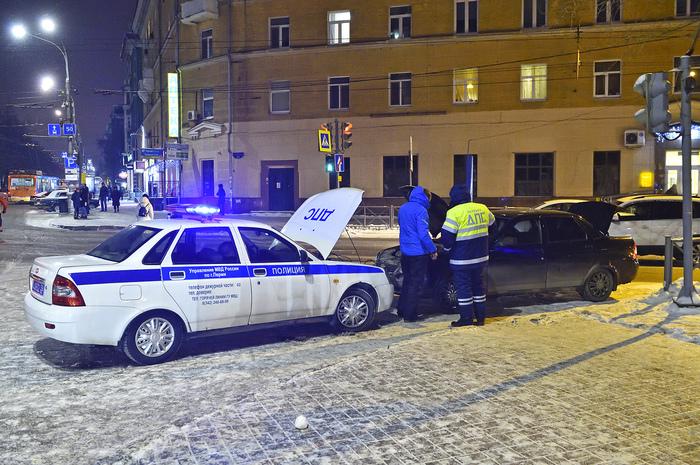 Сотрудники ДПС помогают завести заглохший на морозе автомобиль Авто, Дпс, Мвд, Полиция, Мороз, Пермь, Респект
