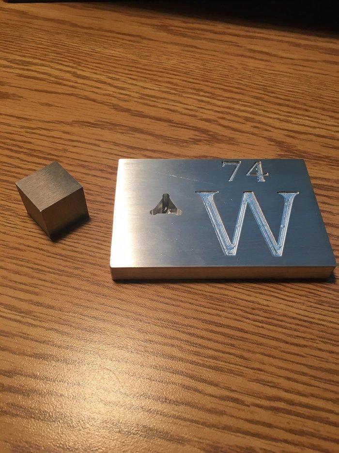 """""""Я сделал алюминиевую подставку под сувенирный кубик из чистого вольфрама. Из-за различной плотности у куба и подставки одинаковая масса"""" Reddit, Металл, Химия, Вольфрам, Алюминий, Плотность, Физика, Длиннопост"""
