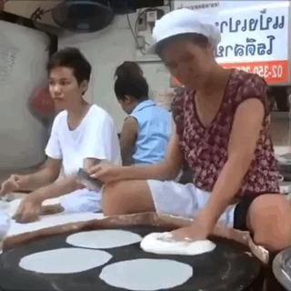 Как делают рисовые лепешки.