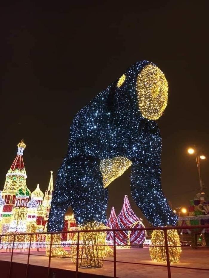 Тем временем в Москве у ТЦ Европейский поставили вот такое чучело Новый Год, Москва, Кремль, Чучело, Монстр