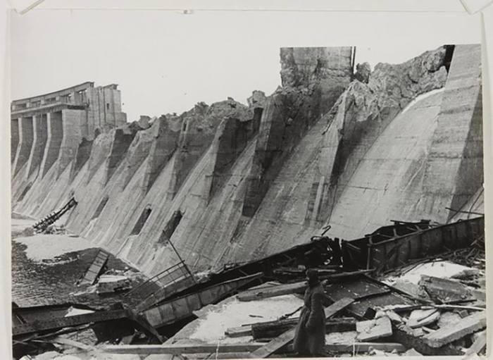 Фрагмент разрушенной плотины Днепрогэс, 1944-й год.