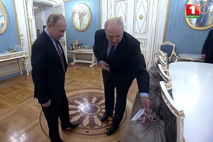 Лукашенко подарил Путину на Новый год четыре мешка картошки и сало Лукашенко, Путин, Подарок, Картофель, Сало, Беларусь, Президент, Троллинг