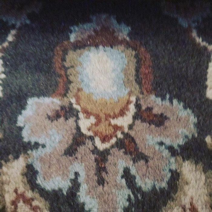 Узор на ковре выглядит какПеннивайз