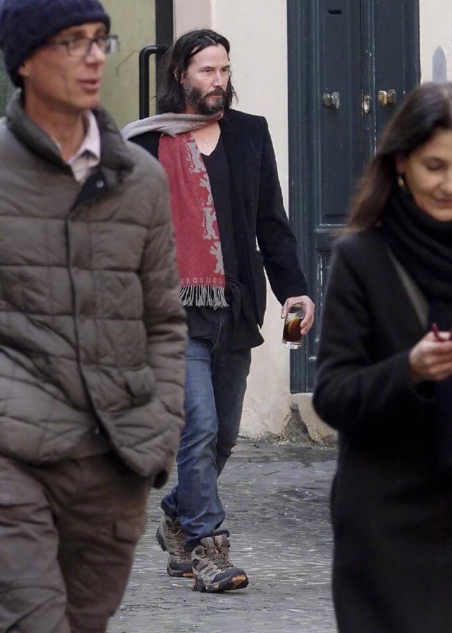 Скромный Киану Ривз гуляет по римским улочкам. Киану Ривз, Прогулка, Скромность, Актеры, Фотография, Рим, Длиннопост