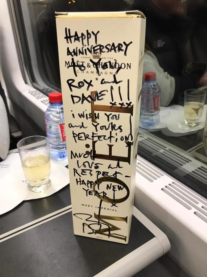 Джонни Депп подарил молодой паре бутылку дорогого шампанского по пути в Лондон. Джонни Депп, Молодожены, Медовый месяц, Шампанское, Длиннопост, Подарок