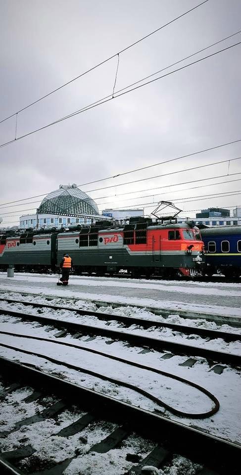 Путинский бронепоезд на Куевском вокзале Россия и Украина, РЖД, Электровоз, Одолжили, Киев, Политика, Длиннопост