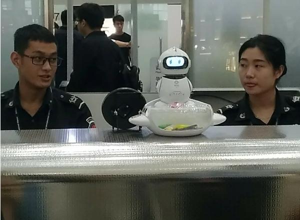 Робот в погонах Аэропорт, Китай, Шэньчжэнь, Робот, Прогресс, Технологии будущего, Путешественники, Полиция