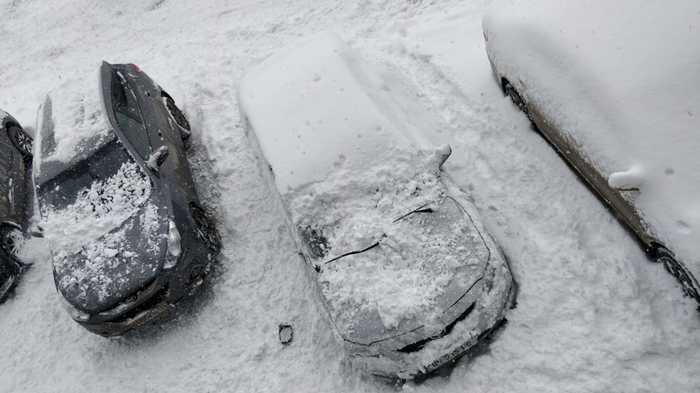 Неудачная парковка туристов в Гудаури, комплекс апартаментов Gudauri Residence Сход снега с крыши, Аккуратнее, Грузия, Негатив, Гудаури