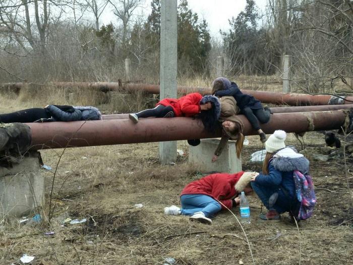 Может отдыхают после школы?