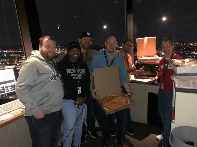 Канадские авиадиспетчеры заказали сотни пицц коллегам из США — те почти месяц работают без зарплаты Общество, США, Канада, Аэропорт, Шатдаун, Пицца, Добро, Tjournal, Длиннопост