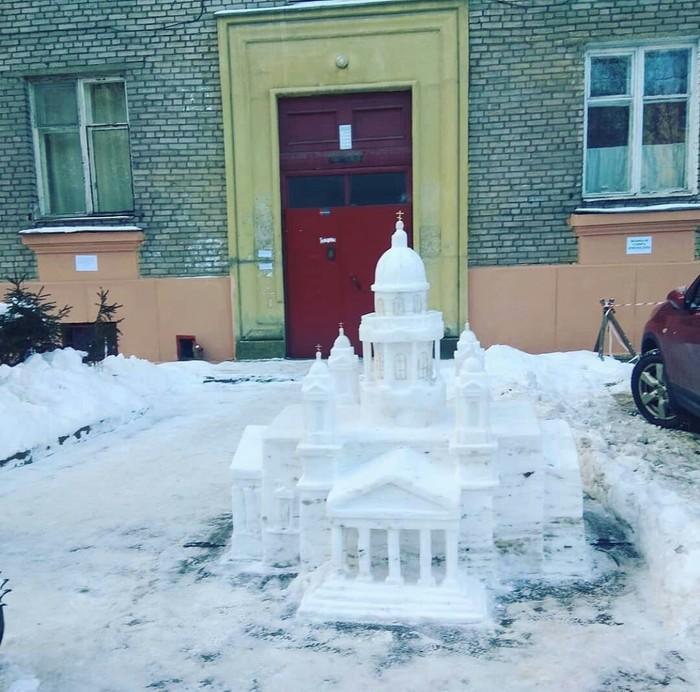 Снежная фигура во дворе Петербурга. Автор скульптур по профессии водитель. Создавать снежные скульптуры начал 8 лет назад.