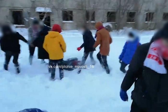 В Твери футбольные хулиганы поставили на колени и зверски избили троих подростков Избиение, Жестокость, Драка, Подростки, Тверь, Негатив