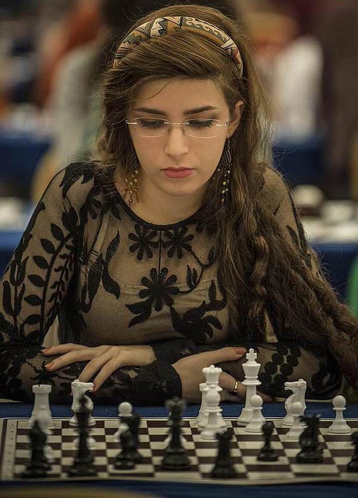 Иранская шахматистка Дорса Дерахшани играет за сборную США после того, как в её собственной сборной запретили выступать без хиджаба