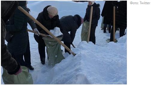 Российских учителей отправили собирать снег в мешки для листвы Учитель, Субботник, Снег, Мешки, Саратов