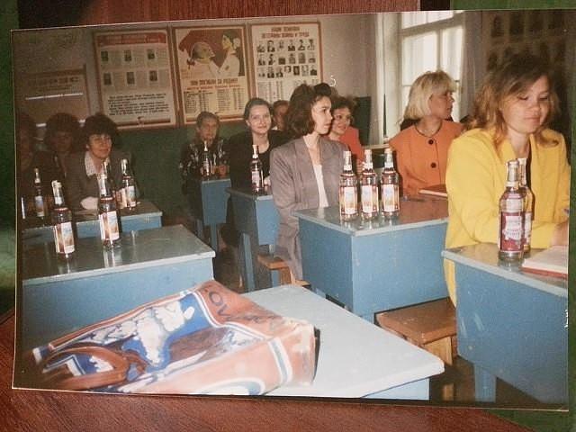 1997 год. Выдача зарплаты водкой учителям перед педсоветом.
