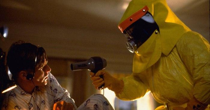 Кадр из расширенной версии сцены с Дартом Вейдером - Марти угрожает Джорджу феном.