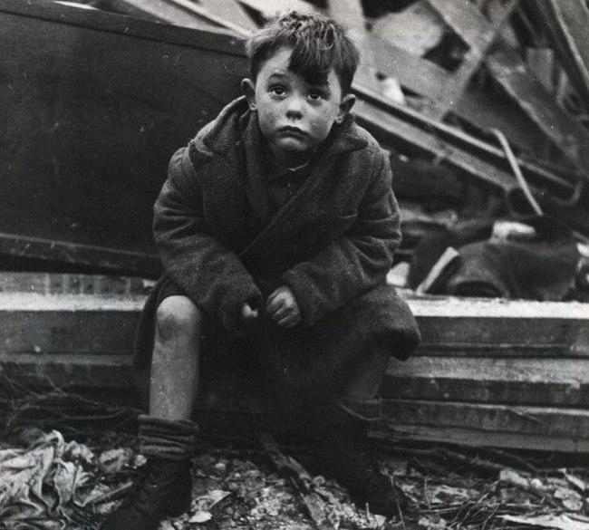 Лондонский мальчик на развалинах своего дома, где погибли его родители после попадания немецкой ракеты Фау-2.