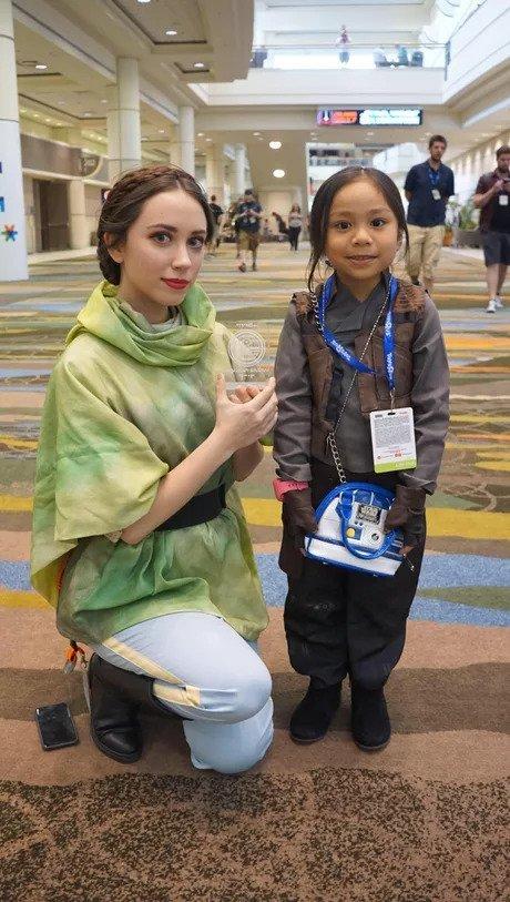 """Эта маленькая Джин Эрсо пошла на конференцию """"Звездных Войн"""" и раздала копии планов Звезды Смерти каждой Лее, которую она видела"""
