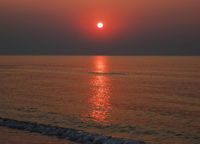 Вот такой восход на Азовском море нашел в своем архиве.