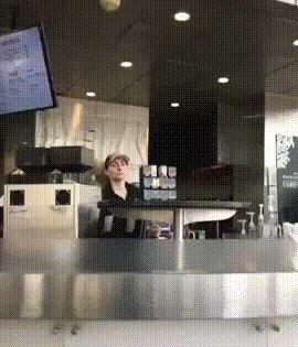 Позитив за стойкой в кафе