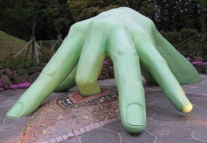 Памятник одинокой женщине! Пальцы, Памятник