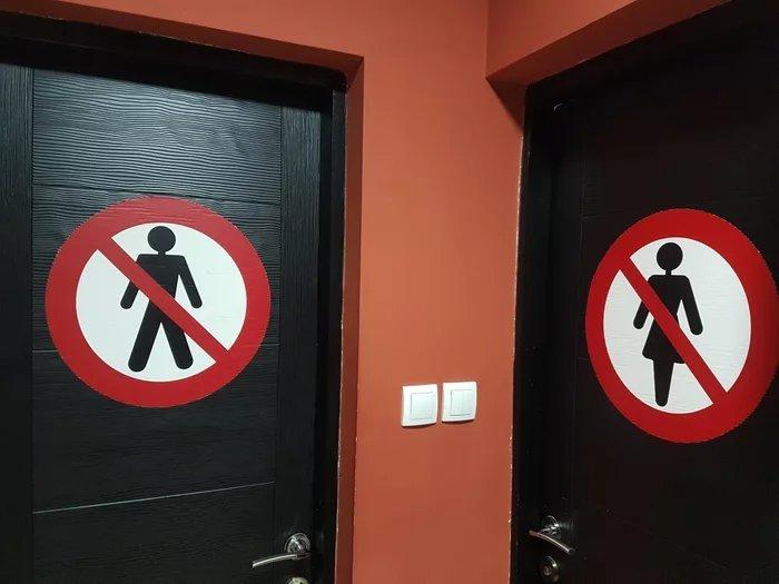 Эти знаки на дверях туалета немного сбивают с толку