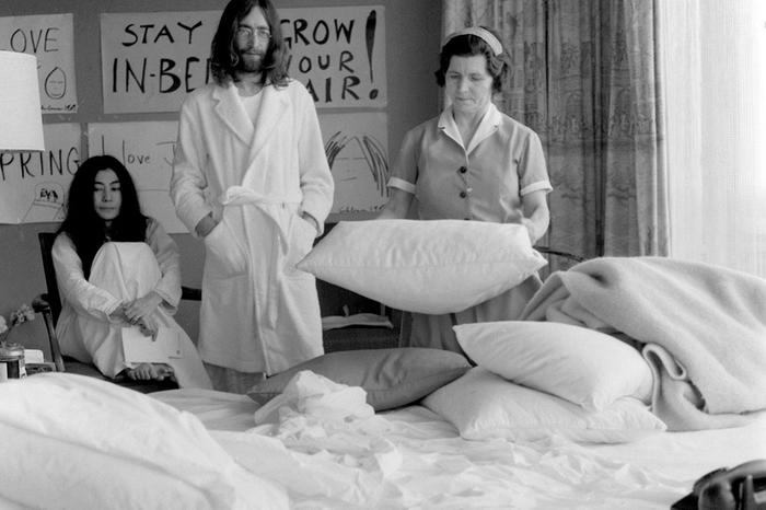 Джон и Йоко ждут, чтобы горничная поправила кровать и они могли продолжить протест против системы, 1969 год.