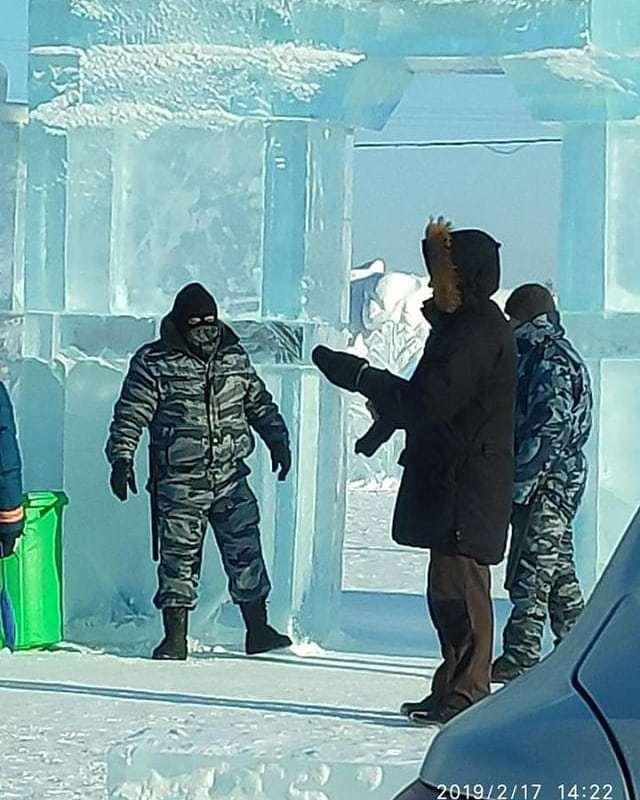 Суровый якутский охранник, проверяющий детские билеты при входе в Ледовый городок Россия, Якутия, Ледовый городок, Видео, Длиннопост, Лёд