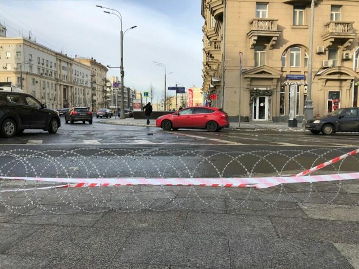 Улица строгого режима Колючая проволока, Пешеходный переход