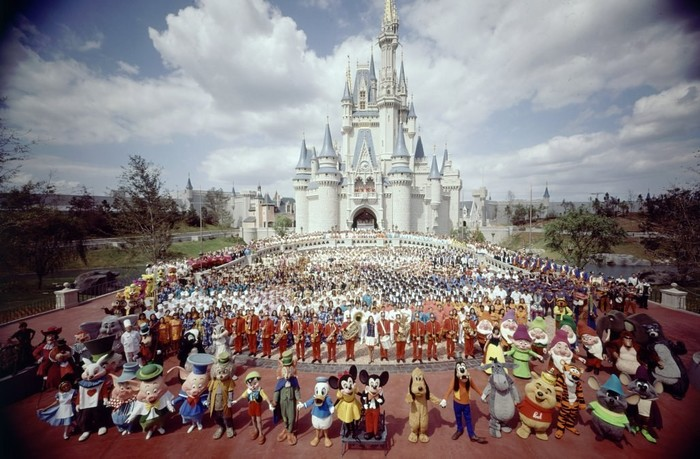 Групповое фото персонала Walt Disney World перед замком Золушки в 1971 году