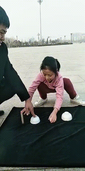 Китайская напёрсточница. Китай, Китайцы, Девочка, Дети, Фокус, Лохотрон, Видео, Гифка, Вертикальное видео
