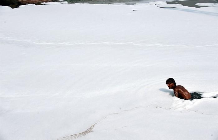 Белая река Индия, Река, Пена, Загрязнение окружающей среды