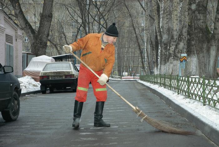 В Назрани повысили зарплату дворникам за счет управленцев сферы ЖКХ Дворник, Зарплата, ЖКХ