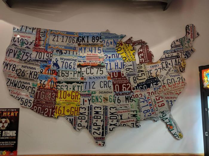 Каждый штат США изображен автомобильными номерами из того штата