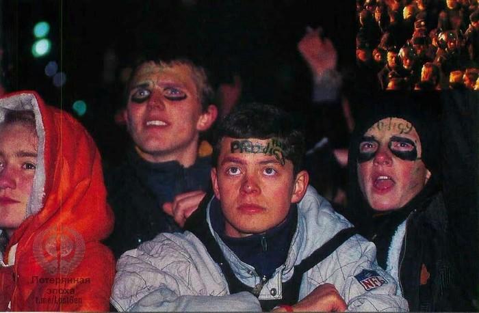 """Зрители на концерте группы """"The Prodigy"""" в Москве на Манежной площади, 27 сентября 1997 года Фотография, The Prodigy, Концерт, Зрители"""
