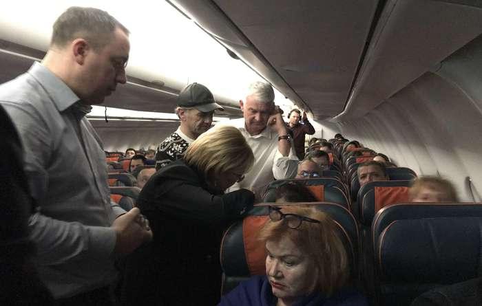 Глава Минздрава оказала неотложную помощь пассажирке самолета Минздрав, Министр, Скорая помощь, Вероника Скворцова